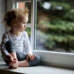 kleinkind bei regenwetter